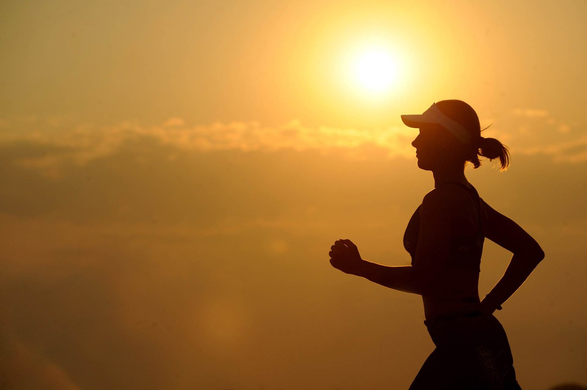 mulher a correr no por do sol